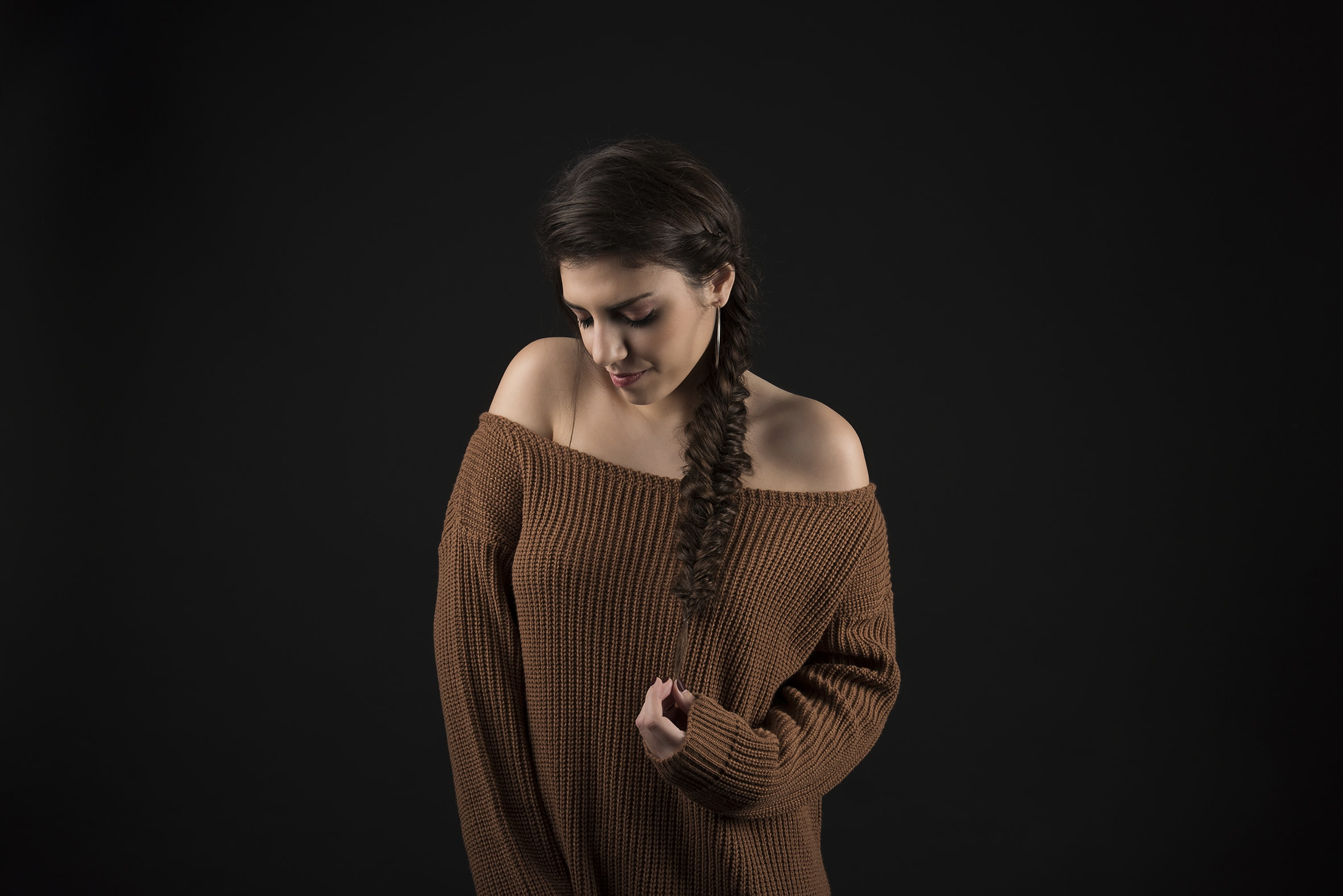 shooting-photo-lausanne-studio-professionnel-femme-model-maquillage-coiffure-tresse-pull-retouche
