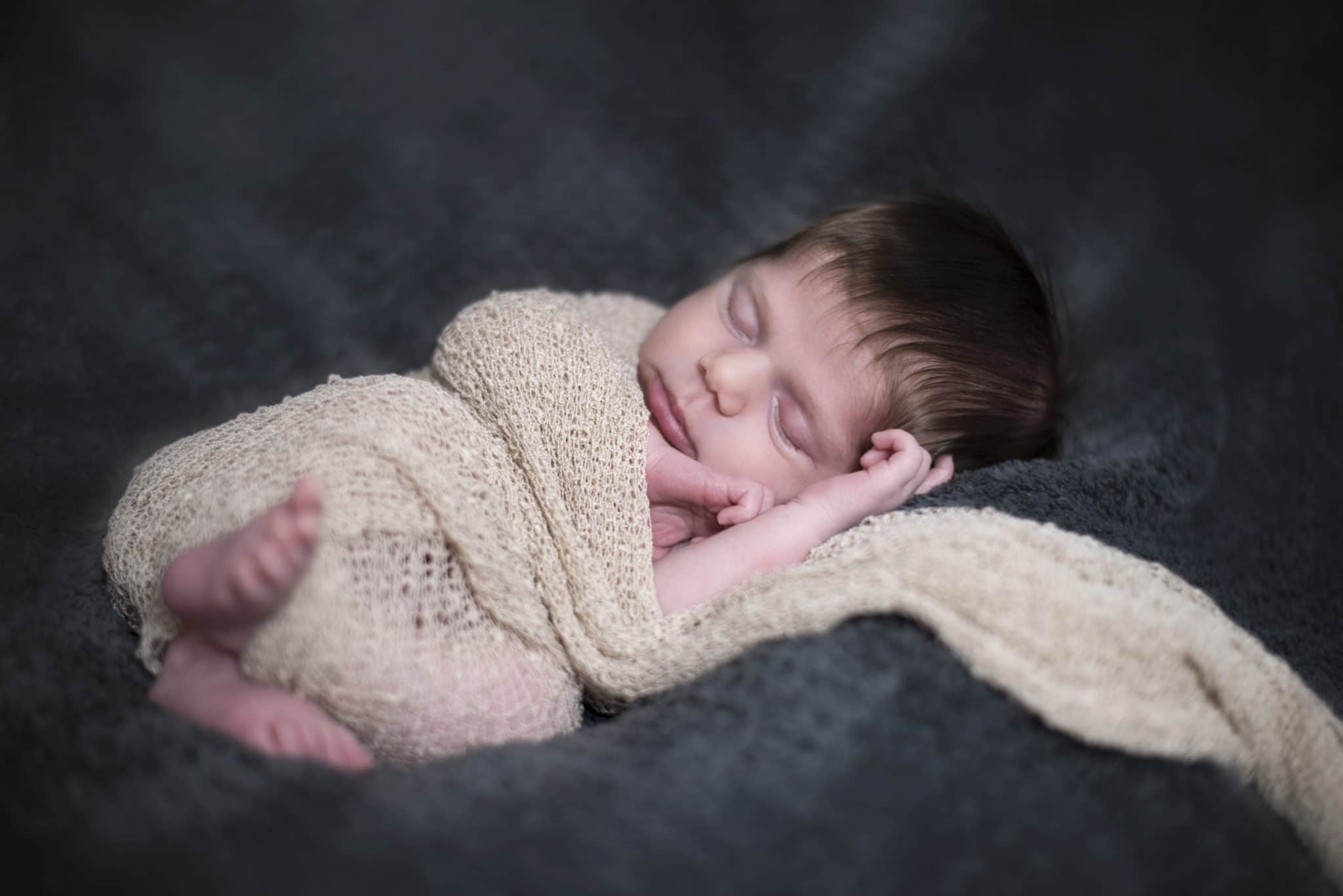 shooting-nouveau-ne-maternite-bebe-studio-seance-grossesse-lausanne-photo-photographe