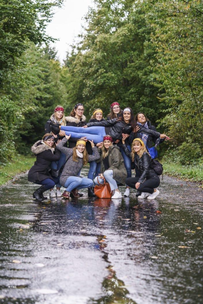 LausannePhoto-enterrement-vie-de-jeune-fille-femmes-copines-shooting-studio-exterieur-nature-forêt-fun-amies-03 -suisse-photo
