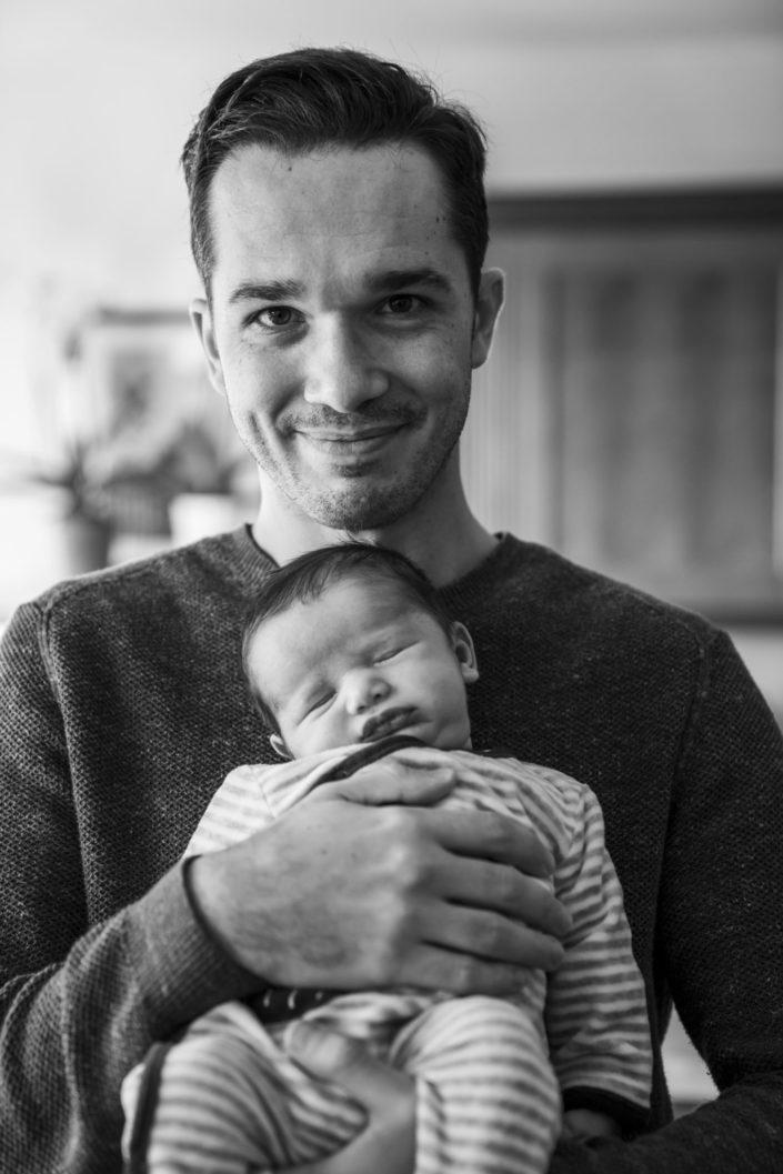 LausannePhoto-shooting-maternité-grossesse-parents-bebe-nouveau-ne-exterieur-domicile-maison-suisse-photo-Vaud-012