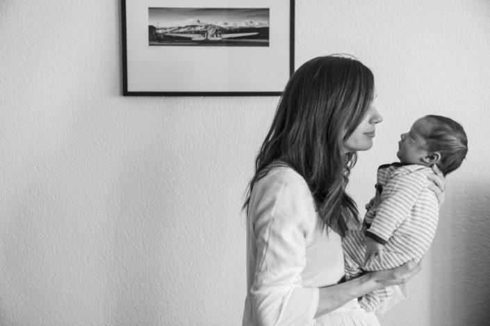 LausannePhoto-shooting-maternité-grossesse-parents-bebe-nouveau-ne-exterieur-domicile-maison-suisse-photo-Vaud-014