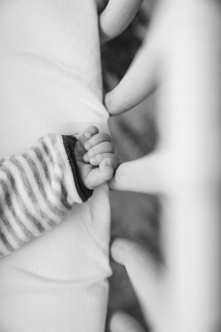 LausannePhoto-shooting-maternité-grossesse-parents-bebe-nouveau-ne-exterieur-domicile-maison-suisse-photo-Vaud-015