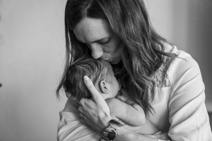 LausannePhoto-shooting-maternité-grossesse-parents-bebe-nouveau-ne-exterieur-domicile-maison-suisse-photo-Vaud-07
